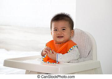 sentado, alimento, alegre, esperar, niño asiático, bebé ...