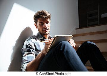 sentado, bloc, escritura casera, escaleras, hombre