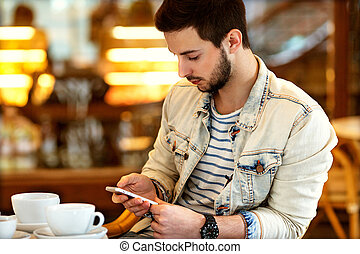 sentado, café, el suyo, mano, serio, teléfono, freelancing, hombre