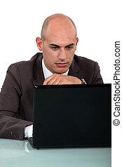 sentado, calvo, trabajador, oficina, computadora