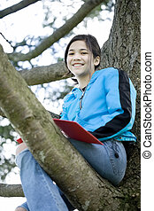 sentado, diario, árbol, escritura, preteen, cuaderno, niña, o
