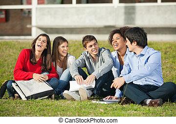 sentado, estudiantes, alegre, colegio, pasto o césped, ...