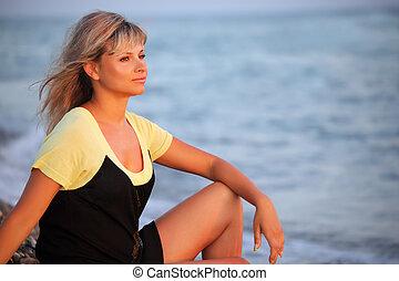 sentado, hermoso, mujer joven, en, costa