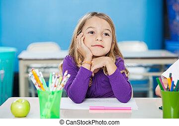 sentado, mano, pensativo, barbilla, escritorio, niña