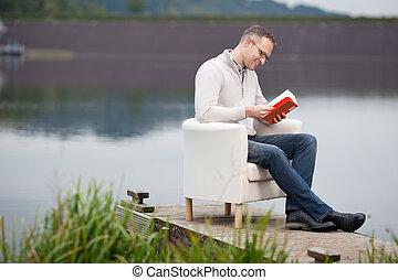 sentado, mientras, libro, lectura, muelle, hombre