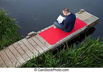 sentado, mientras, libro, maduro, lectura, muelle, hombre