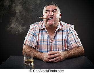 sentado, mientras, maduro, fumar, tabla, bebida, mafia, hombre