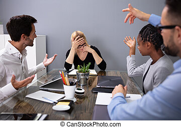 sentado, mujer de negocios, colega, reunión, trastorno