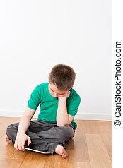 sentado, niño joven, con, tableta, reclinado, el suyo, mano