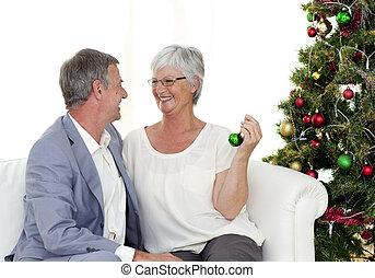 sentado, sofá, pareja, árbol, maduro, navidad