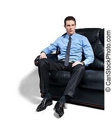 sentado, sofa., joven, atractivo, hombre de negocios, mandón