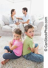 sentando, argumentar, costas, enquanto, pais, irmãs, pouting