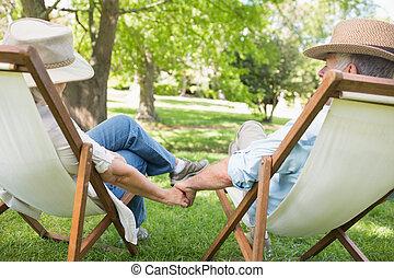 sentando, cadeiras, par, convés, parque, maduras