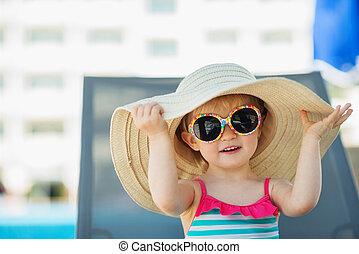 sentando, cama sol, bebê, retrato, chapéu, óculos