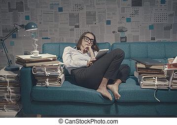 sentando, cansadas, executiva, sofá, conectando