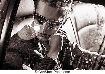 sentando, car, black&white, retrato, homem, bonito