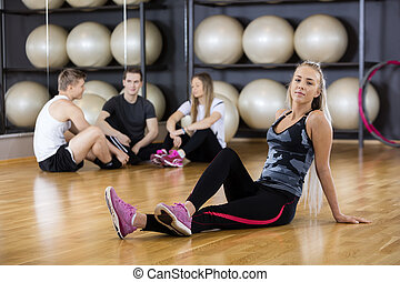 sentando, confiante, ginásio, mulher, chão