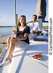 sentando, convés, par, bebida, desfrutando, bote
