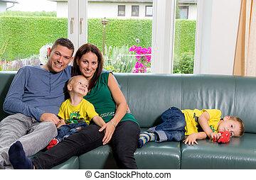 sentando, família, sofá