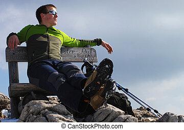sentando, jovem, banco, hiker, homem, desfrutando, vista