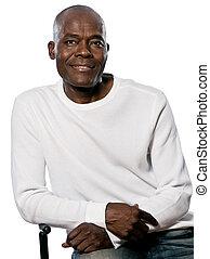 sentando, maduras, retrato, cadeira, casual, homem