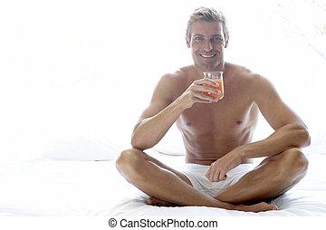 sentando, meio, cama, adulto, bebendo, homem