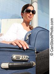 sentando, mulher, bagagem