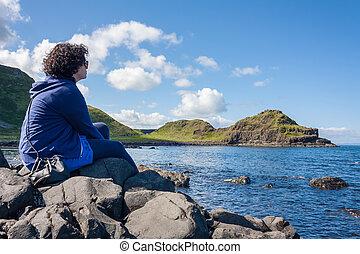 sentando, mulher, jovem, pedras