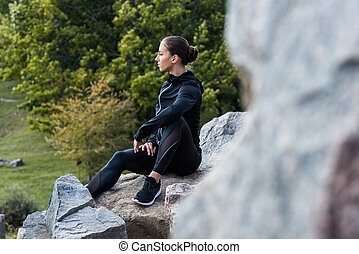 sentando, mulher, pedras