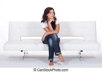 sentando, mulher, sofá