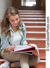 sentando, notas, jovem, alegre, leitura estudante, escadas