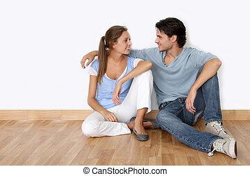 sentando, novo, par, apartamento, chão