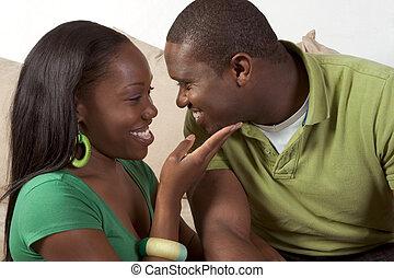 sentando, par, jovem, sofá, pretas, étnico, feliz