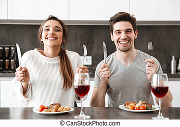 sentando, par, jovem, tabela, retrato, feliz, cozinha