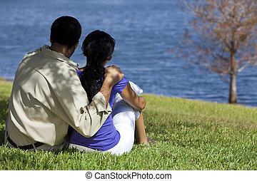 sentando, par, lago, americano, africano, vista traseira