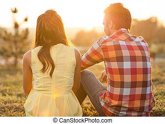 sentando, par, lua mel, costas, jovem, river., conc, feliz, vista