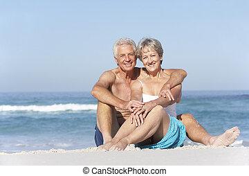 sentando, par, sênior, feriado, praia, arenoso