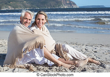 sentando, par, sob, sorrindo, cobertor praia