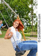 sentando, parque, adolescentes, dois, balanço playground