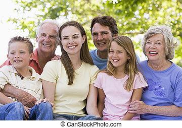 sentando, sorrindo, família prolongada, ao ar livre
