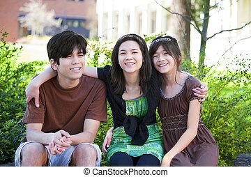 sentando, três, irmão, ao ar livre, irmãs, registro, sorrindo