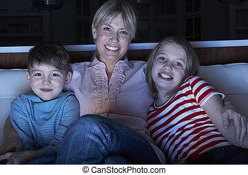 sentando, tv, sofá, observar, crianças, programa, mãe, tog