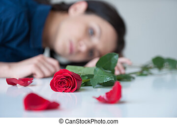 sentimento, lonely., bonito, mulher jovem, sentar tabela,...