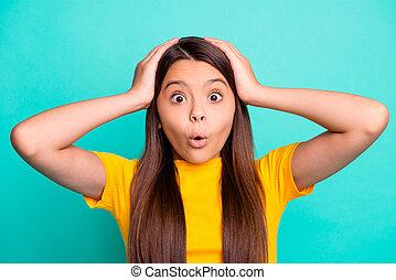 sentir, étonné, tête, usure, t-shirt, isolé, fond, turquoise, girl, peu, gosse, toucher, couleur, mains, jaune, photo