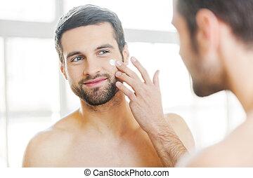 ser aplicable, sonrisa, piel, sí mismo, care., joven, guapo, cara, posición, crema, el suyo, espejo, shirtless, mirar, frente, mientras