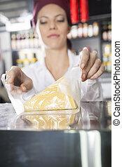 ser, sklep spożywczy, ekspedientka, opakowanie, zaopatrywać