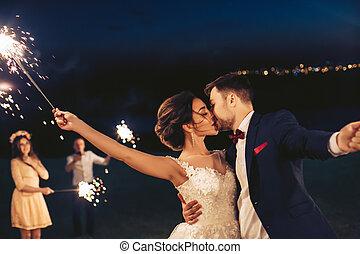sera, coppia, matrimonio, giovane, durante, baciare, celebrazione
