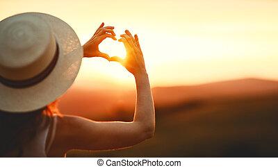 serce, kobieta, dłonie, natura, palce, formułować, zachód słońca, twój, szczęśliwy