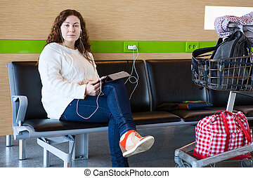 serein, femme, tablette, bagage, salon, pc, aéroport, hand-cart, charger