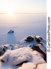 serein, hiver, matin, vue, à, lac gelé, et, rochers, dans, premier plan